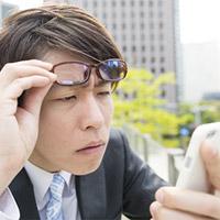 10代から発症リスクが!?眼の現代病「スマホ老眼」の原因と予防法とは?