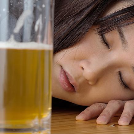 もしかしたら私も?お酒好きでは済まされない「隠れアルコール依存症」とは